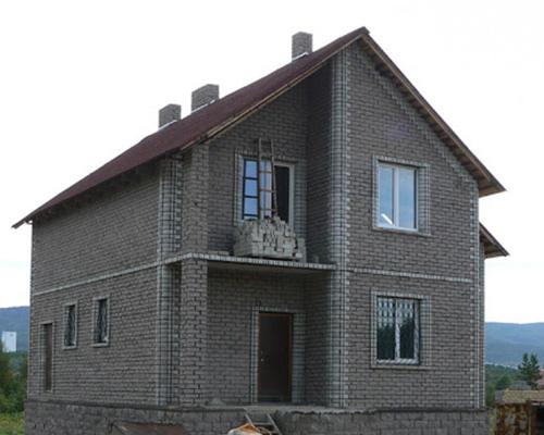 Полумансарда-дом из керамзитобетонных блоков с отделкой фасада кирпичом