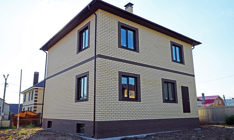 двухэтажный дом из облицовочного кирпича