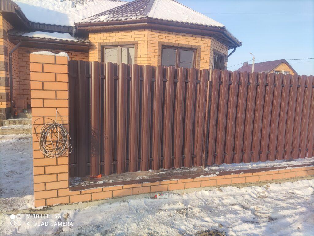 Забор из евроштакетника шахматный красный