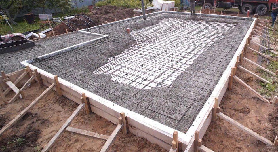 Заливка армокаркаса плиты бетоном