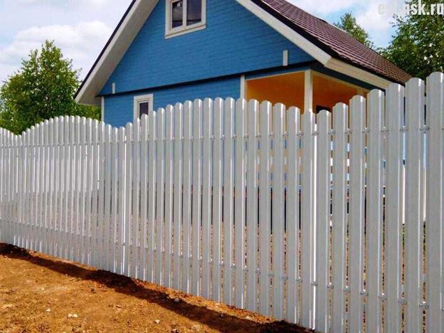 Забор из штакетника волной для дачи
