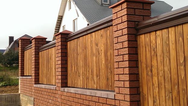 Забор из кирпича и деревянных ламелей