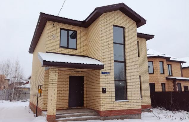 двухэтажный дом из кирпича со вторым светом