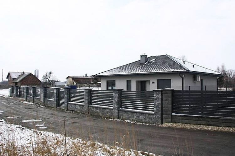 Забор из профнастила с комбинацией кирпича