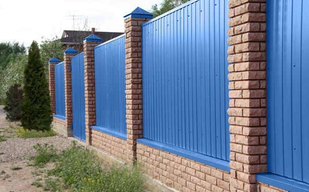Забор – столбы из кирпича заполнение профнастилом.